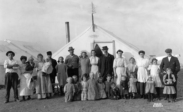 當時住在勒德洛營區裡的礦工家庭。(圖片來源:University of Denver)