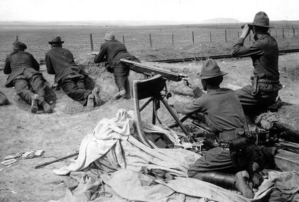 由国民警卫队跟矿业公司民兵共同架设的机枪,瞄准着罢工矿工及其家人们所居住的营区。(图片来源:University of Denver)