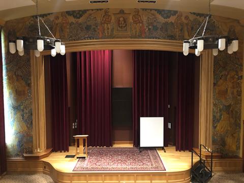 """Reiman-theatre """"typeof ="""" foaf: Image """"/></div><p> <span> <span> El Teatro Reiman, dentro del Margery Reed Hall, tuvo su propio pequeño secreto durante casi 80 años. Cuando se construyó el edificio en 1929, se contrató al artista de Denver John E. Thompson para crear el mural de Shakespeare que todos pueden ver hoy. Sin embargo, 18 meses después del debut del edificio, el mural fue pintado y luego olvidado hasta que fue redescubierto en 2006 antes de una renovación. Dan Jacobs, entonces curador de la DU Arts Collection, recaudó los fondos y trabajó durante años para restaurar el mural. </span> </span></p></p><div alt="""