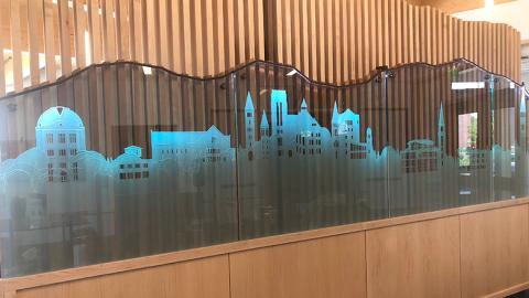 """burwell-center-glass-art """"typeof ="""" foaf: Image """"/></div><p> <span> <span> Dentro del Burwell Center, detrás de la recepción, se encuentra una obra de arte única. Se hace un modelo de todo el campus a escala de vidrio. Las principales calles de este a oeste que dividen el campus, Iliff, Evans y Asbury, también dividen la obra de arte. Detrás del vidrio hay varios listones de madera que representan la cordillera directamente al oeste del campus. Dos de las lamas están teñidas más oscuras que el resto; uno representa Mount Evans y el otro Echo Mountain, propiedad de la familia Burwell. </span> </span></p></p><div alt="""