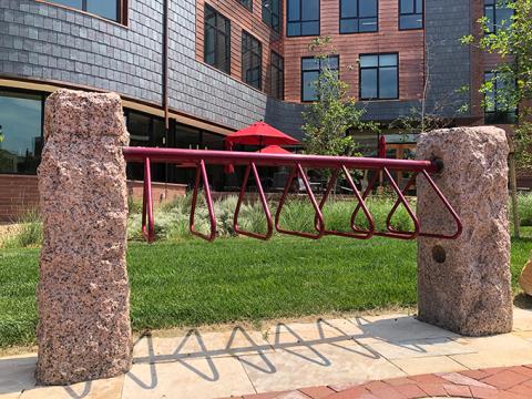 """Burwell_bikerack """"typeof ="""" foaf: Image """"/></div><p> <span> <span> Uno de los edificios más nuevos del campus, el Burwell Center for Career Achievement tiene algunas características fascinantes que fácilmente pueden pasar desapercibidas. Fuera de la entrada principal del edificio, un sencillo portabicicletas ofrece a los ciclistas un lugar conveniente para encadenar sus vehículos. Sin embargo, el bastidor en sí está apoyado en ambos extremos por pilares de granito que una vez estuvieron fuera del University Hall. En la década de 1800, los pilares servían como postes de enganche para el principal medio de transporte en ese momento: los caballos. </span> </span></p></p><div alt="""